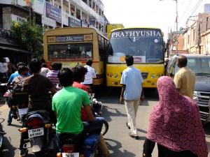 立ち往生する二台のバス、チェンナイ