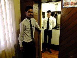 二人の若いホテルマン、ホテル・マンドヴィ、パナジ、ゴア