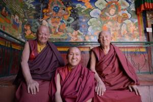 左からヘッドラマ、若僧、チベットから来た高僧