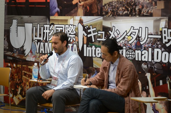 マハディ・フレフェル監督(左)、山形2