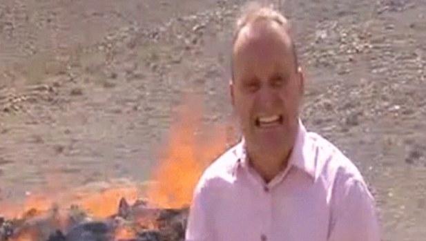 【爆笑動画】ヘロインなど麻薬の焼却処理を取材中のレポーター、なぜか楽しくなりすぎてしまう!