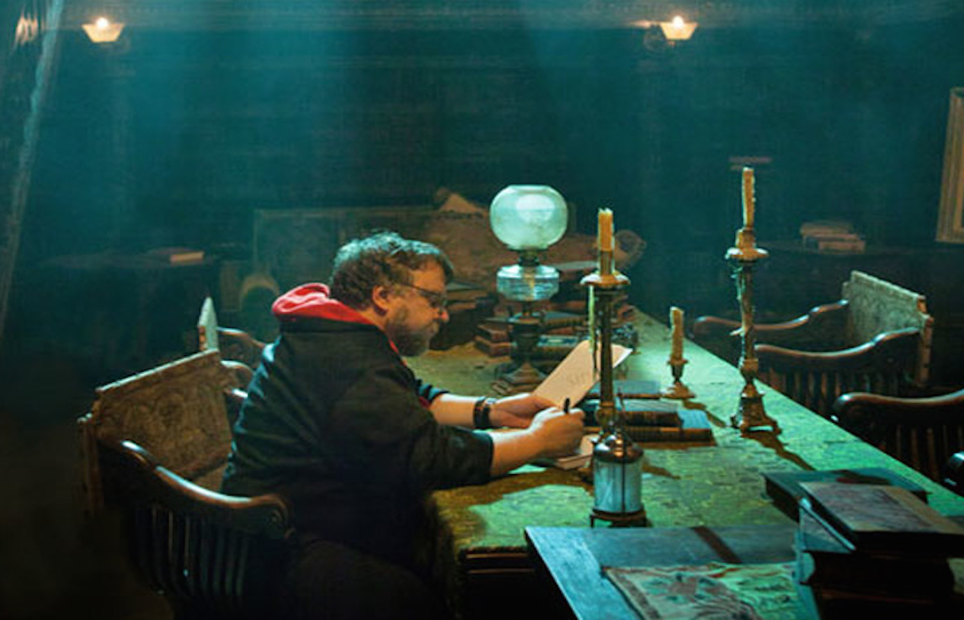 crimson-peak-guillermo-del-toro-on-set.jpg